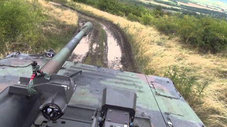 Nhan dien xe boc thep toi tan NATO 'ap sat' Nga - Anh 8