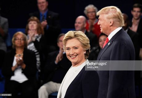 Ba Hillary Clinton duy tri cach biet an toan voi ong Donald Trump - Anh 1