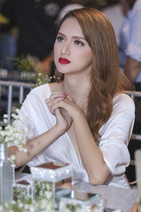 Nhan sac cua Huong Giang Idol khong kem canh Hoa hau Pham Huong - Anh 1