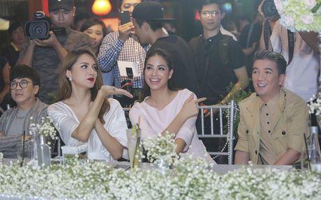 Nhan sac cua Huong Giang Idol khong kem canh Hoa hau Pham Huong - Anh 2