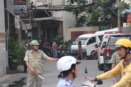 TP.HCM: Phuong doi truong tu vong ben canh khau sung ngan - Anh 1