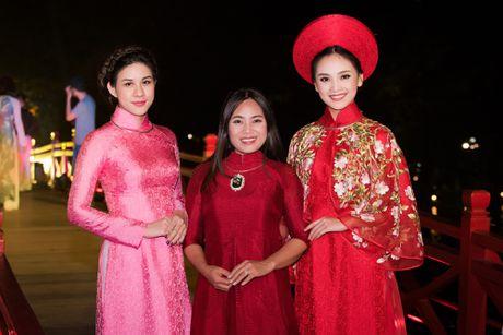 Nang tho To Nhu tiep tuc lam vedette trong man trinh dien ao dai Lan Huong - Anh 1