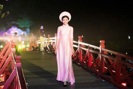 Nang tho To Nhu tiep tuc lam vedette trong man trinh dien ao dai Lan Huong - Anh 2