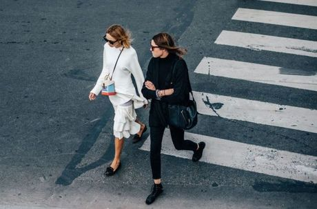 Street Style Paris Fashion Week 2017 - dinh cao cua su don gian - Anh 7