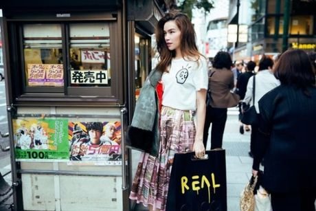 Ho Ngoc Ha dien trang phuc street style cuc chat tren duong pho Nhat - Anh 4