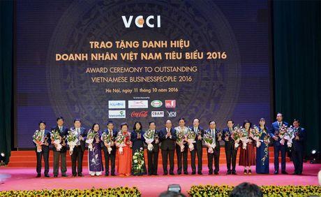 Chu tich HDQT Vietcombank nhan Cup Thanh Giong - Anh 2
