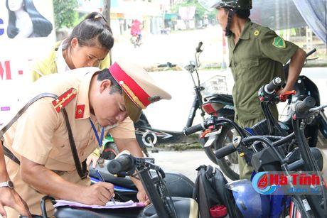 Xu phat 71 hoc sinh vi pham dieu khien xe may dien - Anh 1