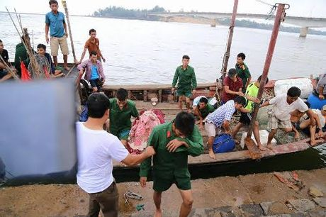 Chim tau o Quang Tri: Ngu dan ke phut cuu 36 nguoi - Anh 1