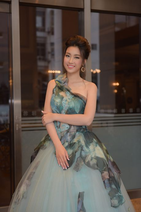 Hoa hau My Linh khoe vai tran khi du su kien o Dai Loan - Anh 4