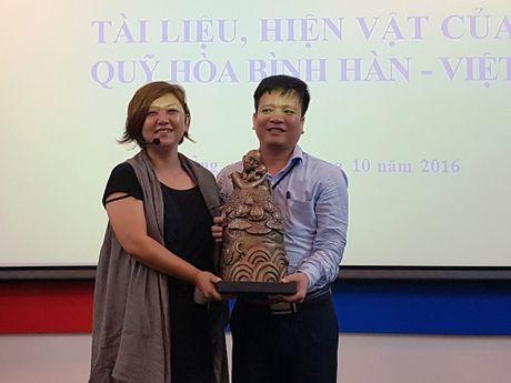 Trao tang hien vat vi hoa binh Han - Viet - Anh 1