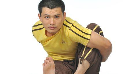 Chang trai liet nua nguoi tro thanh huan luyen vien yoga quoc te - Anh 1