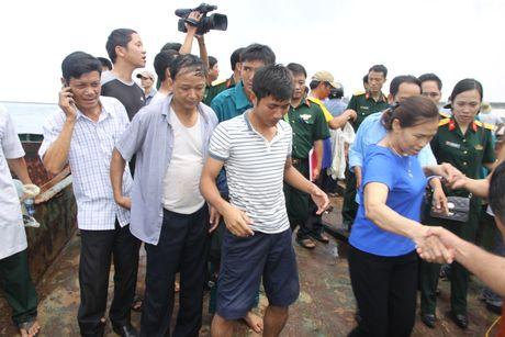 Quang Tri cam on nhung ngu dan cuu ho tau chim, tranh duoc tham hoa tren bien - Anh 1