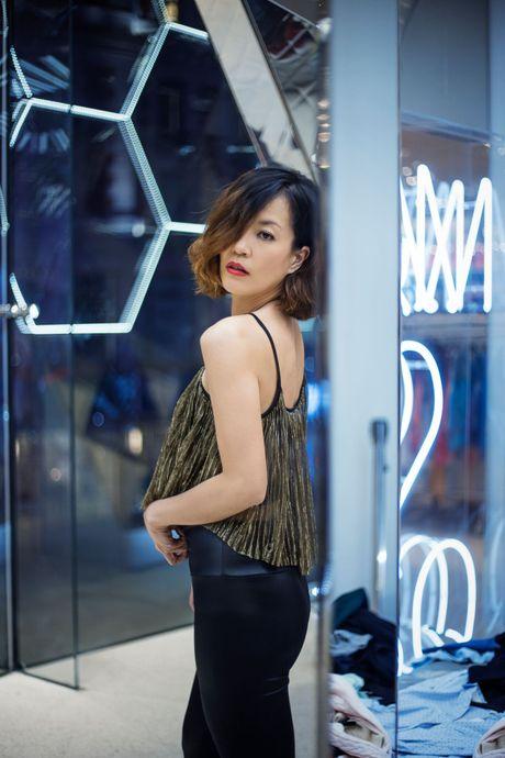 A hau Chung Vu Thanh Uyen tre trung dao pho o My - Anh 3