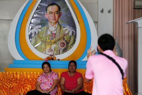 Nguoi Thai mac do hong cau nguyen cho nha vua - Anh 2
