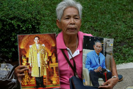 Nguoi Thai mac do hong cau nguyen cho nha vua - Anh 5