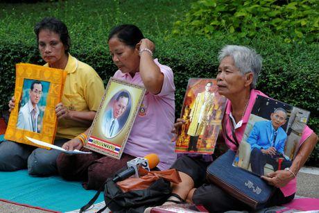 Nguoi Thai mac do hong cau nguyen cho nha vua - Anh 6