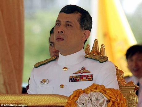 Suc khoe vua nguy kich, thu tuong Thai Lan yet kien thai tu - Anh 1