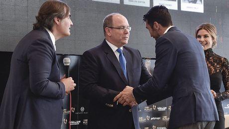 Buffon rang ro trong ngay vuot Messi, Ronaldo nhan 'Ban chan vang' - Anh 1