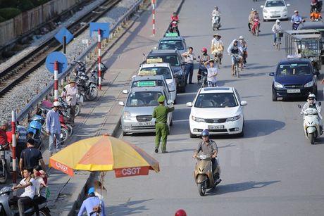 Gan 2.300 xe taxi cac tinh giap ranh co tinh 'chay chui' o Ha Noi - Anh 1