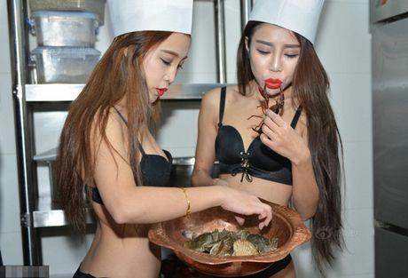 'Bong mat' vi nu dau bep an mac sexy nau hai san - Anh 1