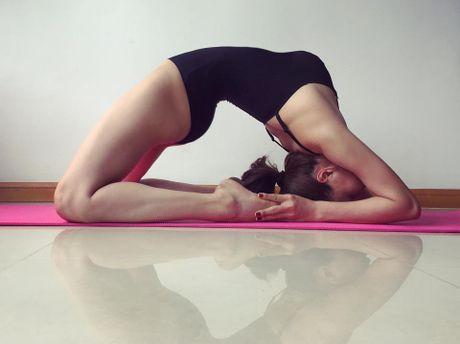Tra Ngoc Hang khoe dang tap yoga sexy den nghet tho - Anh 2
