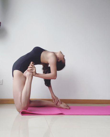 Tra Ngoc Hang khoe dang tap yoga sexy den nghet tho - Anh 4