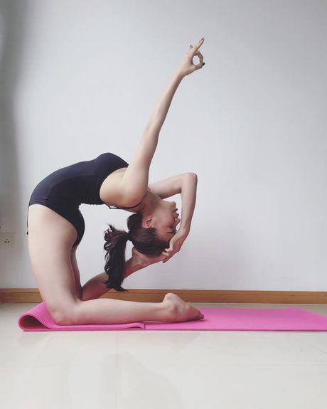 Tra Ngoc Hang khoe dang tap yoga sexy den nghet tho - Anh 5