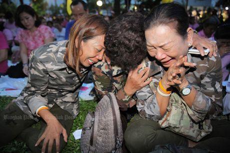 Nguoi dan Thai Lan nuc no khi nghe tin nha vua bang ha! - Anh 5