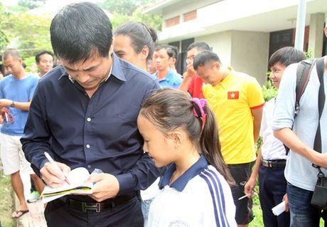 Fan nhi lang SOS xep hang dai xin chu ky doi truong tuyen Viet Nam Cong Vinh - Anh 14
