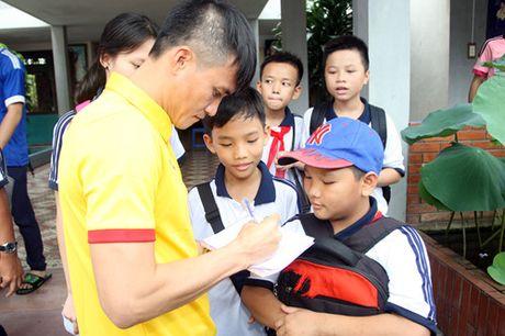 Fan nhi lang SOS xep hang dai xin chu ky doi truong tuyen Viet Nam Cong Vinh - Anh 19