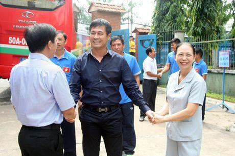 Fan nhi lang SOS xep hang dai xin chu ky doi truong tuyen Viet Nam Cong Vinh - Anh 2