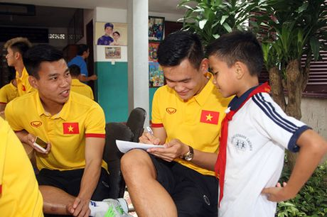 Fan nhi lang SOS xep hang dai xin chu ky doi truong tuyen Viet Nam Cong Vinh - Anh 7