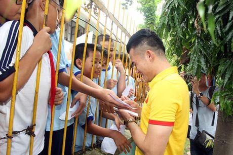 Fan nhi lang SOS xep hang dai xin chu ky doi truong tuyen Viet Nam Cong Vinh - Anh 8