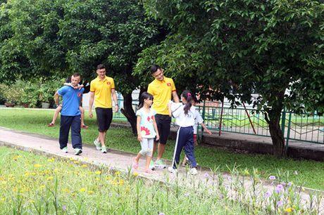 Fan nhi lang SOS xep hang dai xin chu ky doi truong tuyen Viet Nam Cong Vinh - Anh 9