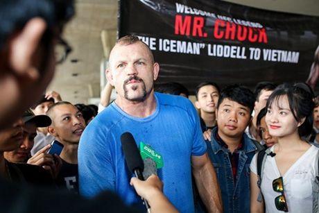 Hoa khoi Dieu Ngoc don huyen thoai vo thuat UFC Chuck ''The Iceman'' tai san bay - Anh 1