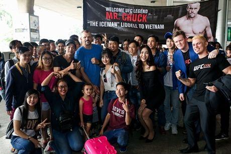 Hoa khoi Dieu Ngoc don huyen thoai vo thuat UFC Chuck ''The Iceman'' tai san bay - Anh 4