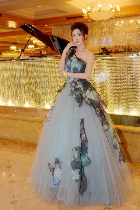 Hoa hau My Linh toa sang voi ve dep long lay o Dai Loan - Anh 4
