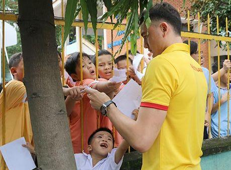 DT Viet Nam: Hang tram em nho cho xin chu ky Cong Vinh - Anh 10