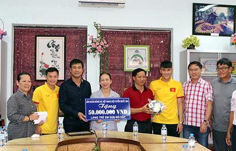 DT Viet Nam: Hang tram em nho cho xin chu ky Cong Vinh - Anh 1