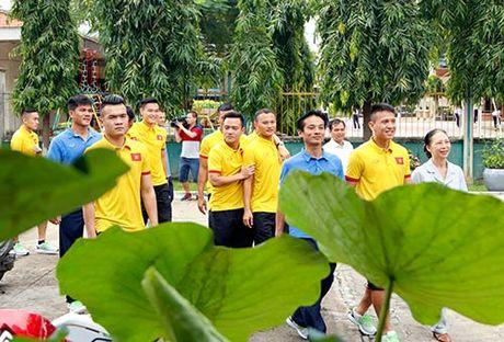 DT Viet Nam: Hang tram em nho cho xin chu ky Cong Vinh - Anh 2