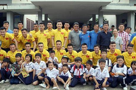 DT Viet Nam: Hang tram em nho cho xin chu ky Cong Vinh - Anh 4