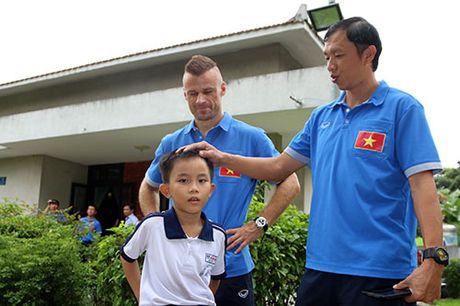 DT Viet Nam: Hang tram em nho cho xin chu ky Cong Vinh - Anh 5