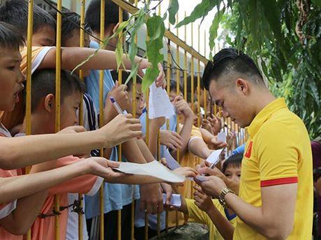 DT Viet Nam: Hang tram em nho cho xin chu ky Cong Vinh - Anh 9