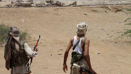 Tau khu truc My tiep tuc bi tan cong tu Yemen - Anh 1