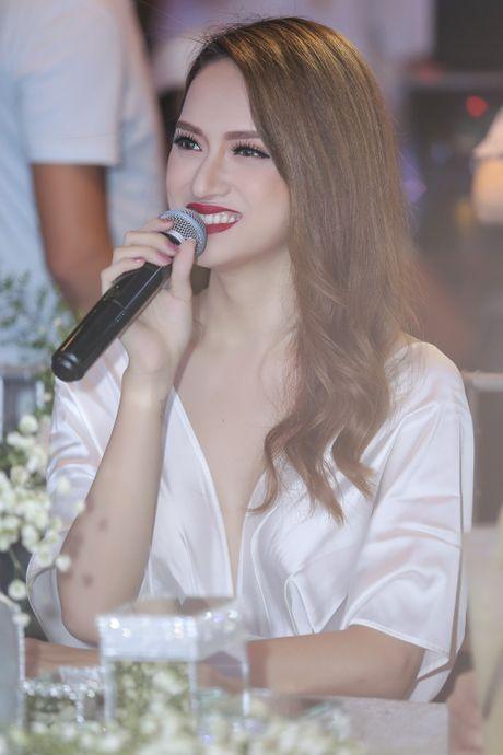 Huong Giang Idol quyen ru khi ngoi 'ghe nong' - Anh 4