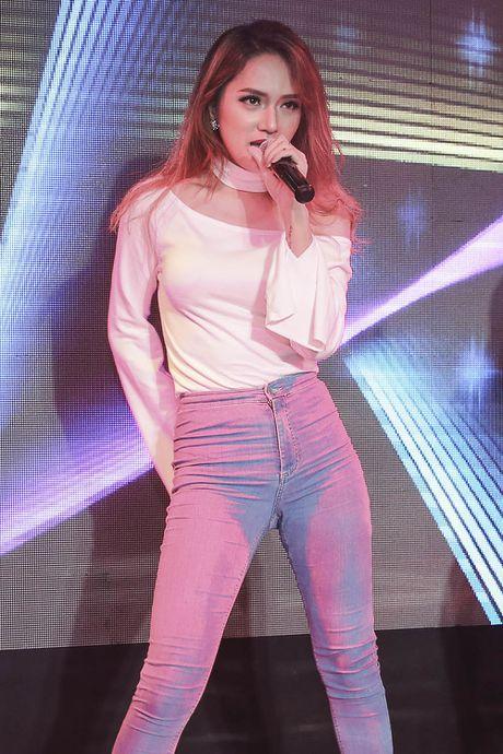 Huong Giang Idol quyen ru khi ngoi 'ghe nong' - Anh 8