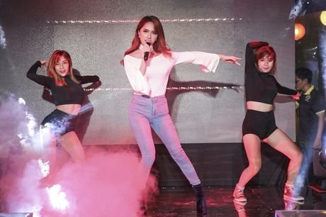 Huong Giang Idol quyen ru khi ngoi 'ghe nong' - Anh 9
