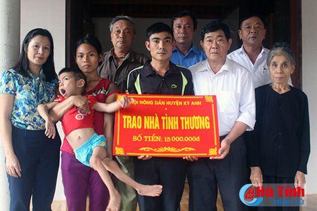 Ban giao nha tinh thuong cho hoi vien nong dan ngheo - Anh 1