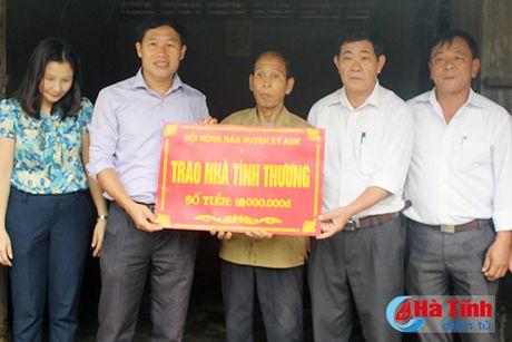 Ban giao nha tinh thuong cho hoi vien nong dan ngheo - Anh 2