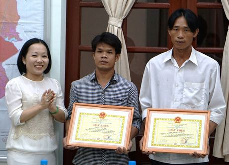 Khen thuong 2 phu ho cuu nguoi phu nu bi cuon troi - Anh 1